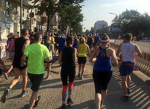 Läuferinnen und Läufer an einer Baustellenverengung