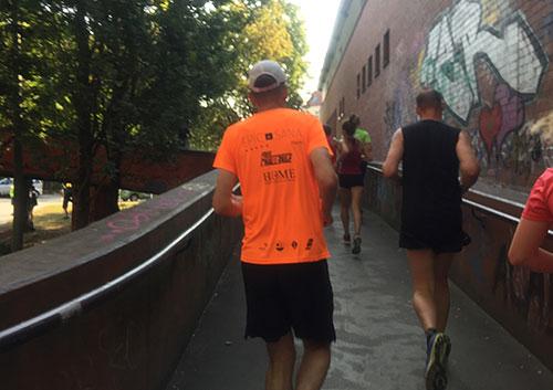 Läufer auf der Steigung der Fußgängerbrücke