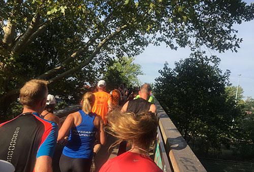 Läufer auf der Brücke