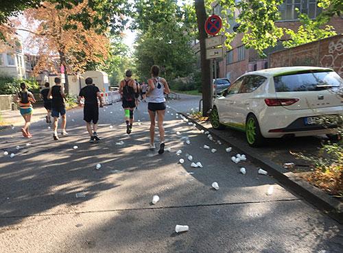 Plastikbecher auf der Straße kurz nach einem Getränkestand