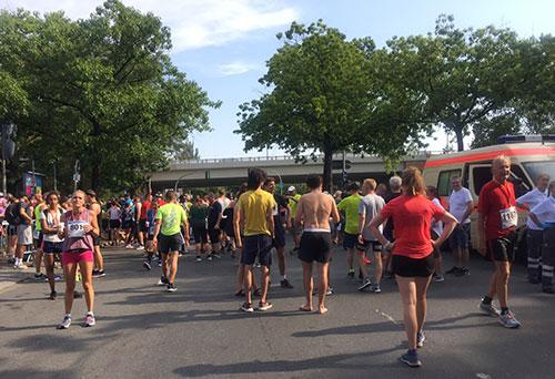 Läuferinnen und Läufer ruhen sich im Zielbereich aus