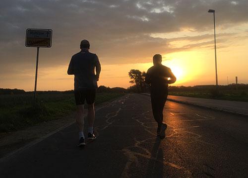Läufer bei schönem Sonnenaufgang