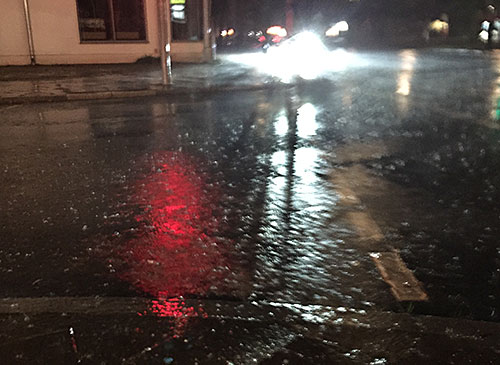 Straßenkreuzung im strömenden Regen