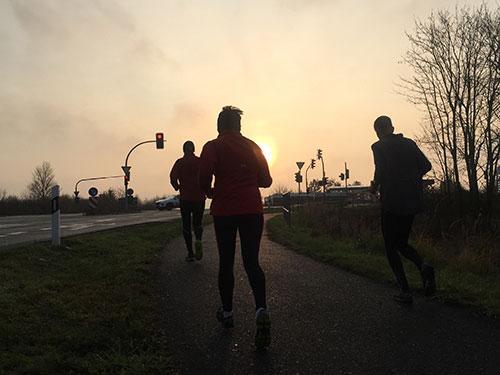 Läufer vor aufgehender Wintersonne