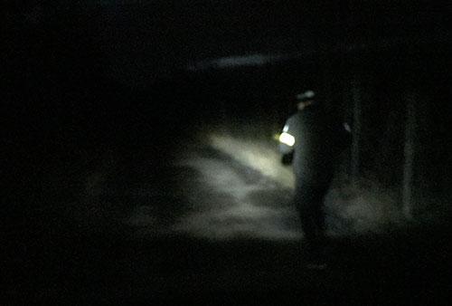 Läufer bei Dunkelheit auf dem Berliner Mauerweg