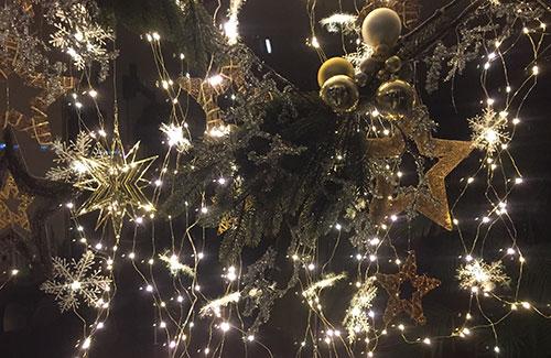 Weihnachtsdekoration in einem Schaufenster