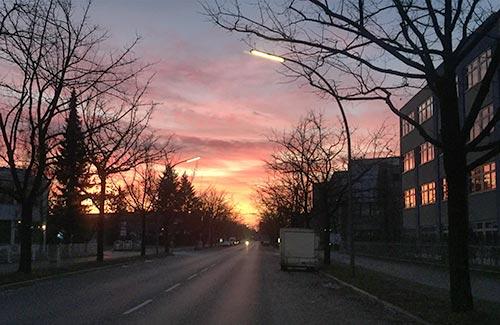 Straße mit leuchtend rotem Sonnenaufgang