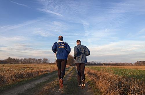 Läufer auf einem Feldweg bei schönem klarem Wetter