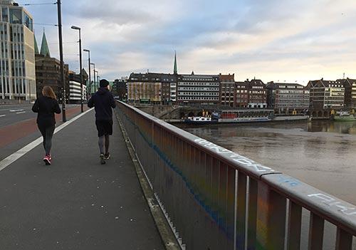 Läufer auf der Wilhelm-Kaisen-Brücke