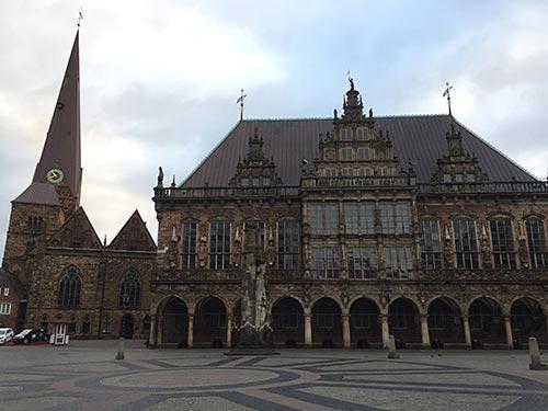 Der leere Markplatz mit dem Rathaus in Bremen