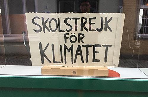 Schild Skolstrejk för Klimatet im Schaufenster