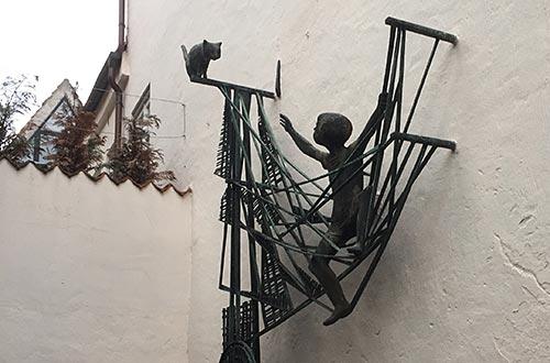 Skulptur mit Junge und Katze an einer Wand im Bremer Schnoor
