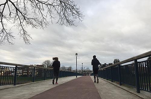 Läufer auf der Brücke über die kleine Weser