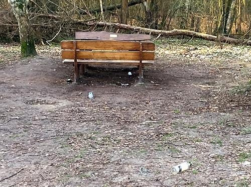 Rastplatz mit Müll