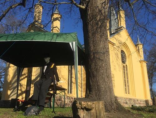Kirche Großbeeren mit Schaufensterpuppe davor