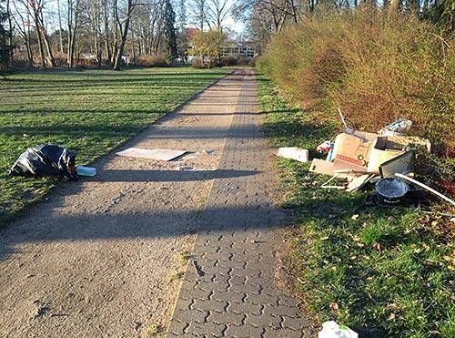 Wild abgeladener Müll am Friedhof Marienfelde