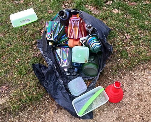 Müll: Bunte Vasen in einem Müllbeutel