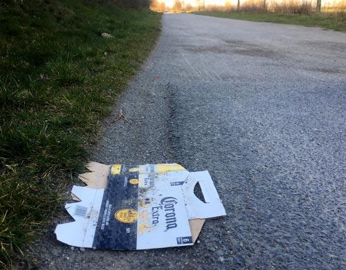 Berliner Mauerweg mit weggeworfener Corona-Bier-Packung