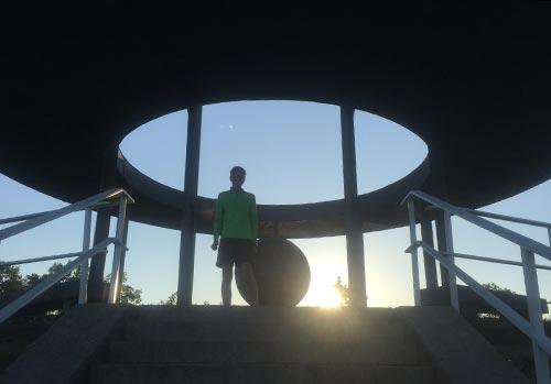 Läufer im Gegenlicht auf dem Lilienthal-Denkmal