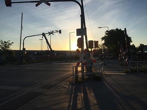 Bahnübergang Buckower Chaussee im Morgenlicht