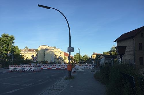 Gesperrter Bahnübergang S-Bahnhof Lichtenrade