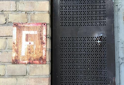 Detail am Bahnhofsgbebäude: Feuerlöscher-Schild