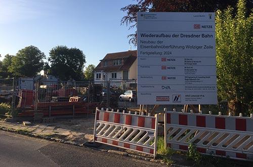 Bauschild und Baugelände am Bahnübergang Wolziger Zeile