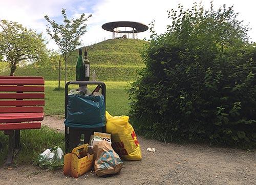 Überfüllter Mülleimer am Lilienthal-Denkmal