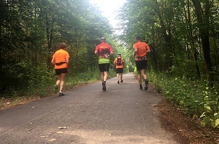 Läuferin und Läufer auf südlichem Berliner Mauerweg