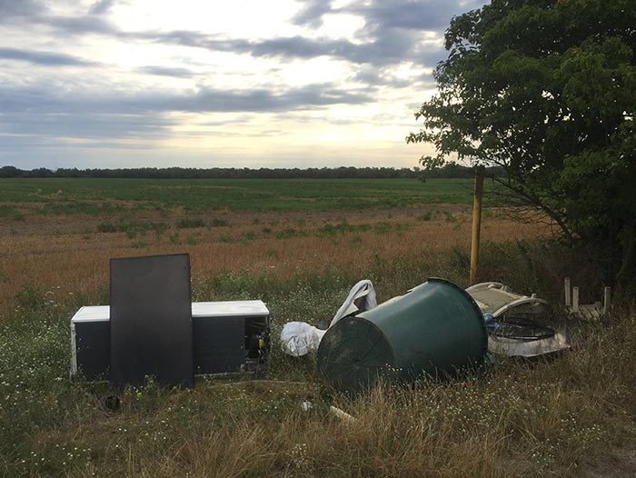 Illegal entsorgter Müll am Feldrand