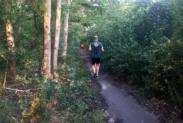 Läufer auf schmalem Pfad