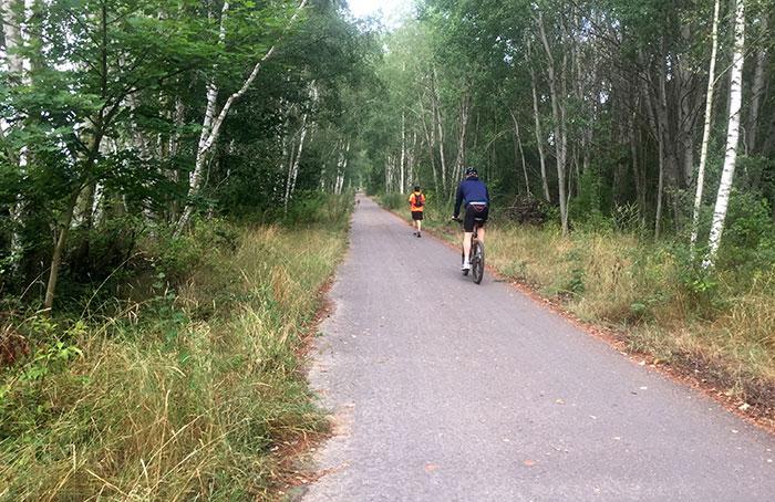 Läufer mit Radbegleitung