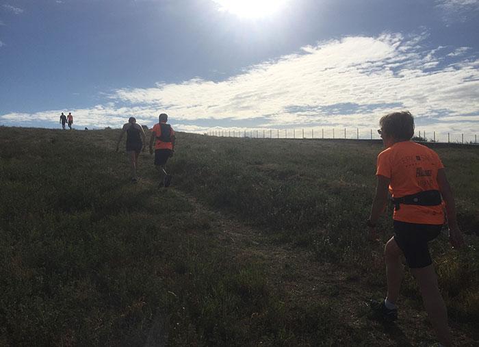 Läufer gehen die Erhebung hinauf