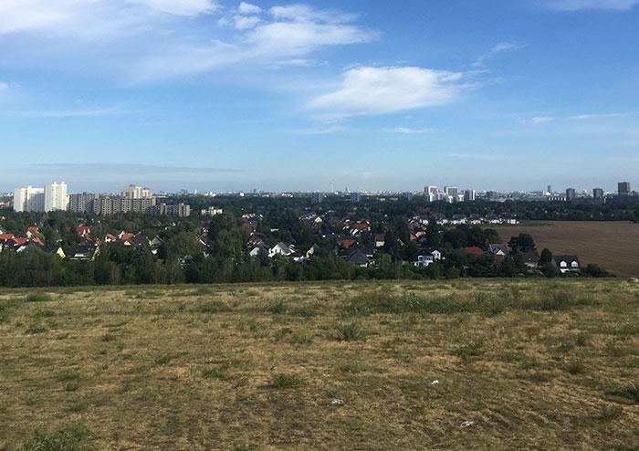 Blick vom Sky point auf Berlin mit Fernsehturm am Horizont