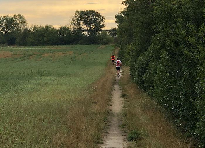 Läufer auf Feldweg zwischen Kleinbeeren und Mahlow
