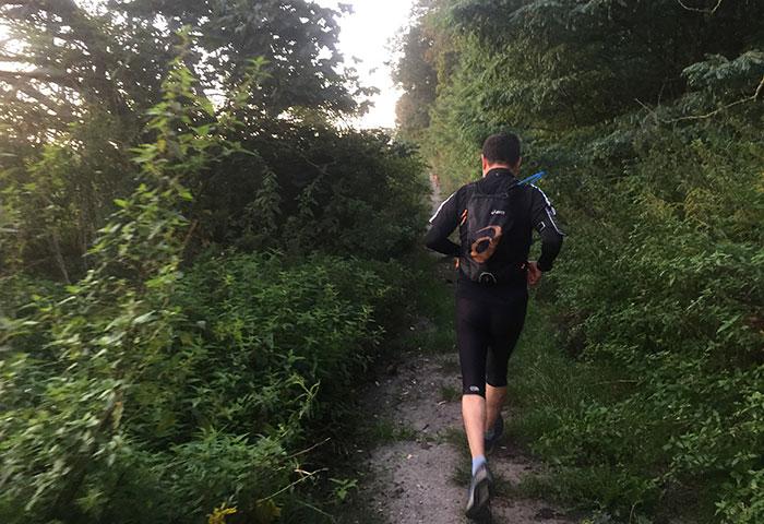 Läufer auf schmalem, fast zugewachsenen Pfad