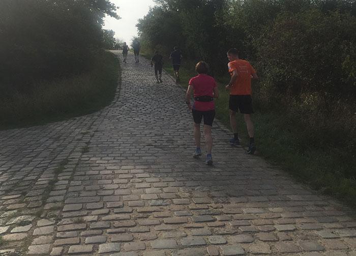 Läufer-Gruppe auf Steigung im Freizeitpark Marienfelde