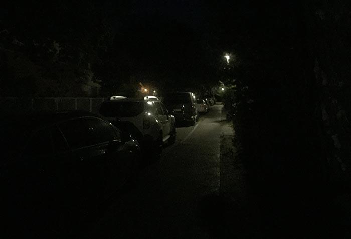 Dunkle Straße mit spärlicher Beleuchtung