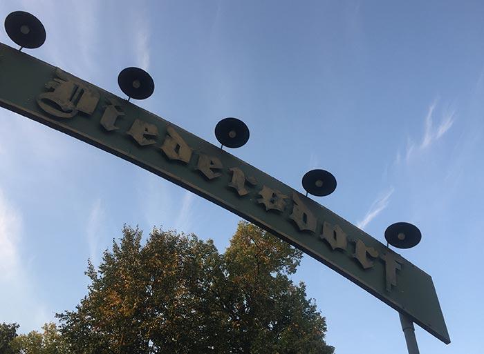 """Blick nach oben zum Schild """"Diedersdorf"""""""
