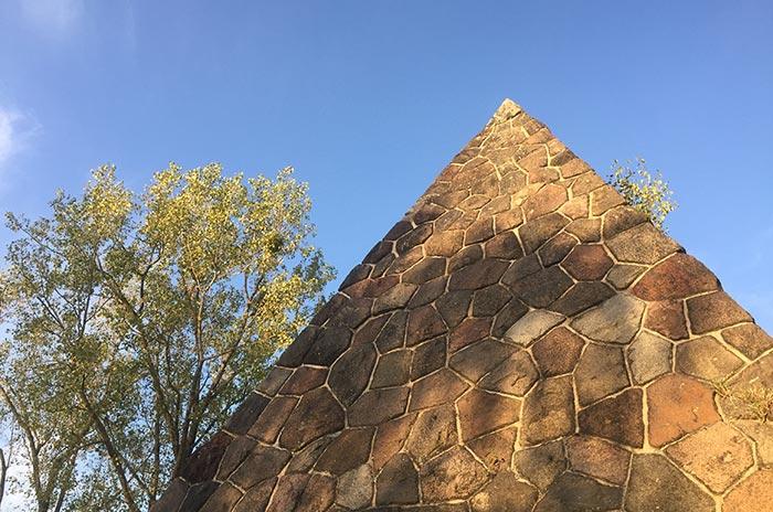 Spitze der Bülow-Pyramide aus Feldsteinen