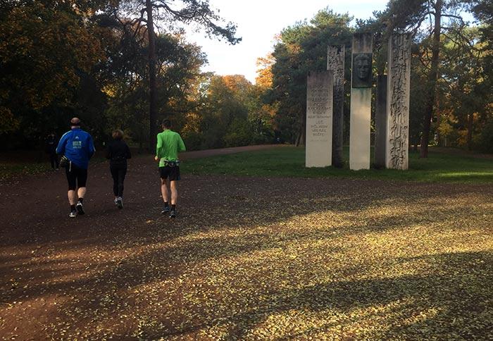 Läufer im Bürgerpark Pankow am Denkmal für Julius Fu?ík