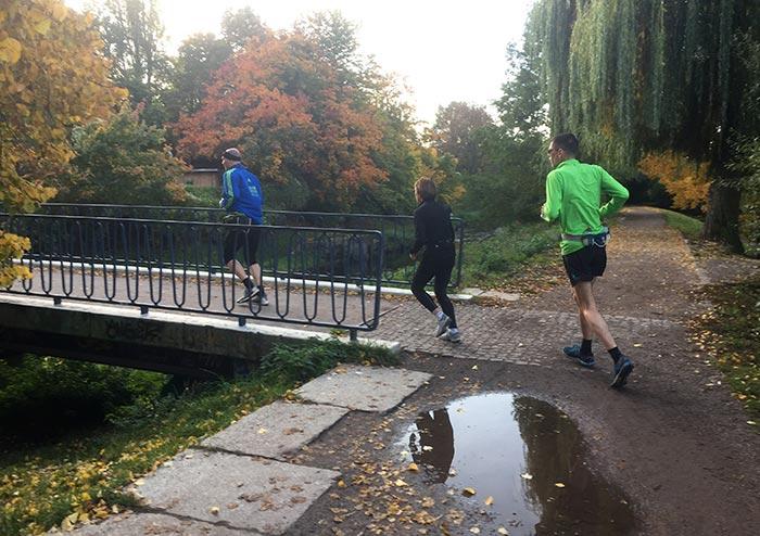 Laufgruppe läuft über eine Panke-Brücke