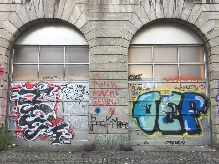 Graffitibeschmierte Tore einer ehemaligen Feuerwache