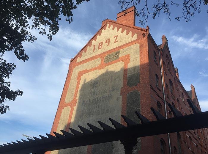Altes Backsteingebäude mit Inschrift am Giebel: 1892