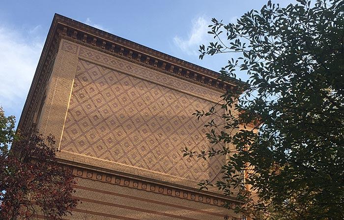 Backsteinfassade mit grafischen Stein-Mustern
