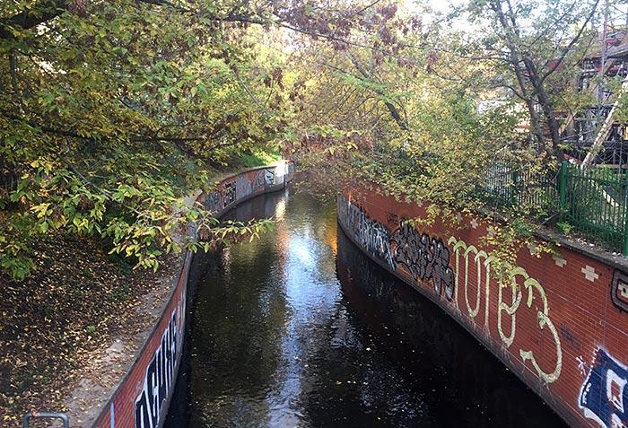 Panke fließt zwischen Ufer-Backsteinmauern