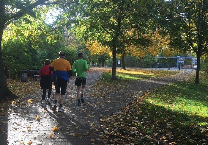 Läufer im sonnenbeschienenen Park