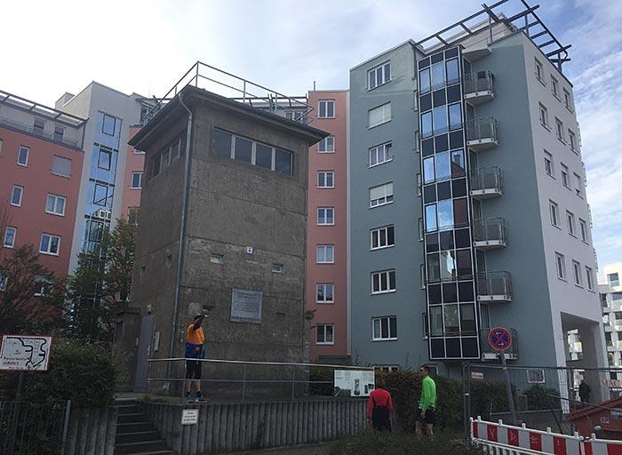Ehemaliger DDR-Wachturm vor Neubauten
