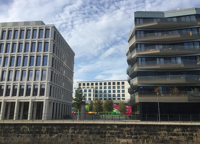 Neue Gebäude am Berlin-Spandauer-Schifffahrtskanal