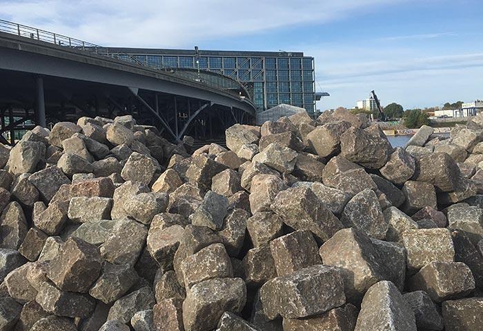 Hauptbahnhof, im Vordergrund ein großer Steinhaufen